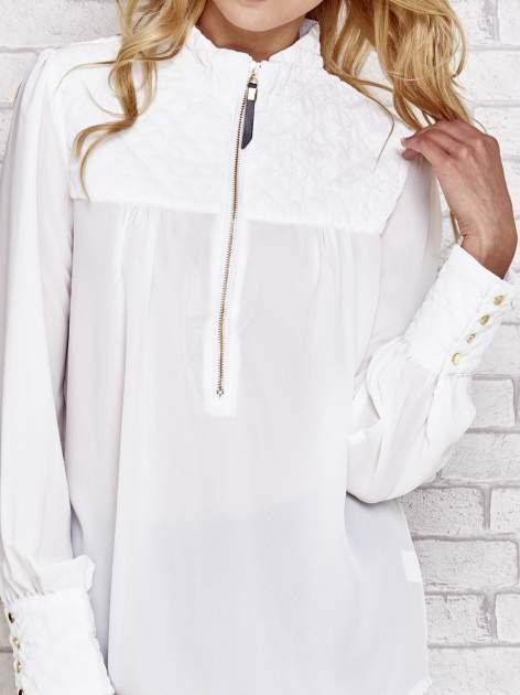 Biała elegancka koszula z pikowanymi wstawkami i suwakiem                                  zdj.                                  5