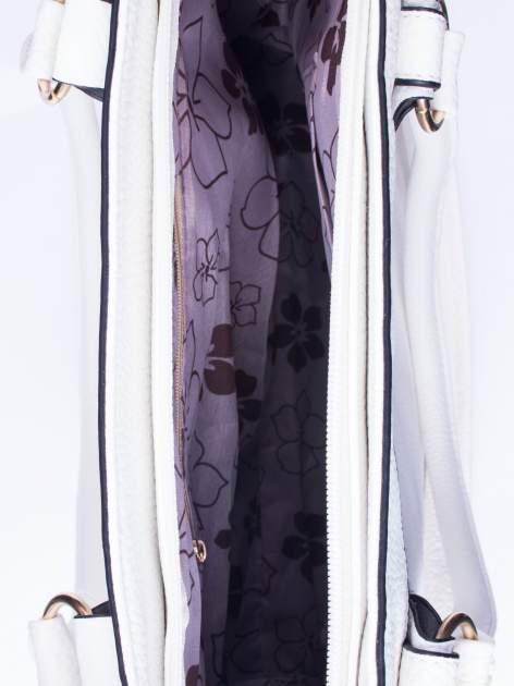 Biała fakturowana torebka z klamerkami                                  zdj.                                  4