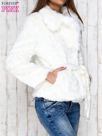 Biała futrzana kurtka z wiązaniem                                  zdj.                                  3