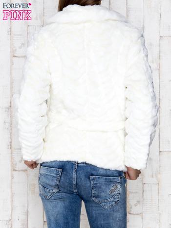 Biała futrzana kurtka z wiązaniem                              zdj.                              2