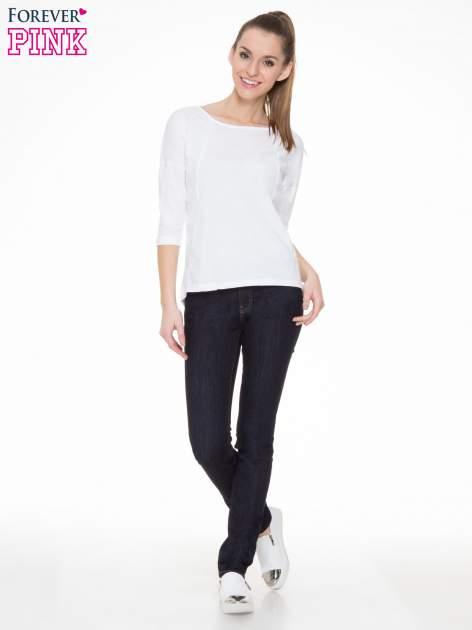Biała gładka bluzka z ozdobnymi przeszyciami                                  zdj.                                  2