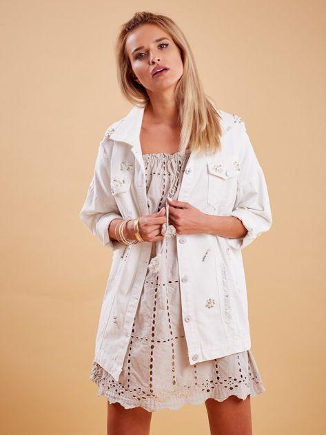 Biała jeansowa kurtka z perełkami                              zdj.                              1