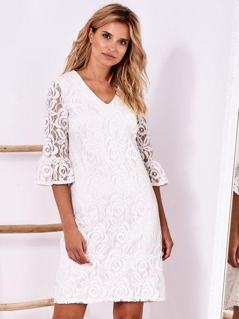 Biała koronkowa sukienka z szerokimi rękawami                              zdj.                              1
