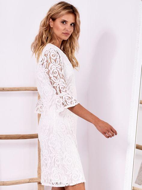Biała koronkowa sukienka z szerokimi rękawami                              zdj.                              3