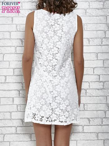 Biała koronkowa sukienka z wiązaniem przy dekolcie                                  zdj.                                  4