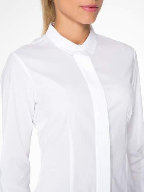 Biała koszula damska z ozdobną listwą                                  zdj.                                  5