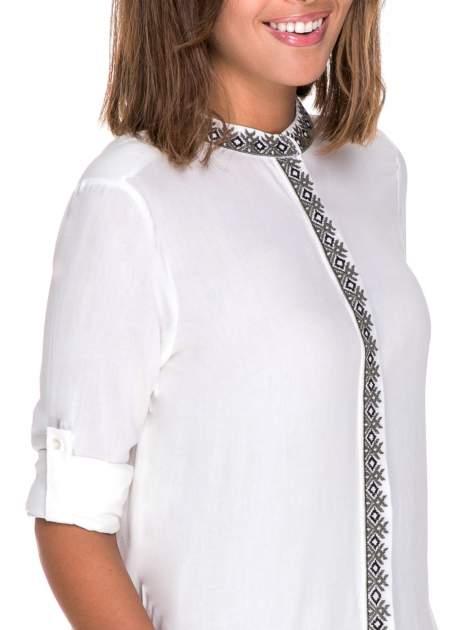 Biała koszula w stylu boho ze wzorzystą listwą i kołnierzykiem                                  zdj.                                  6