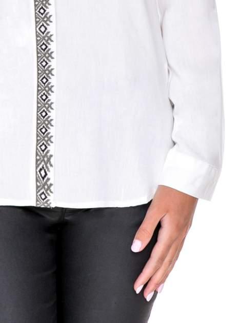 Biała koszula w stylu boho ze wzorzystą listwą i kołnierzykiem                                  zdj.                                  8
