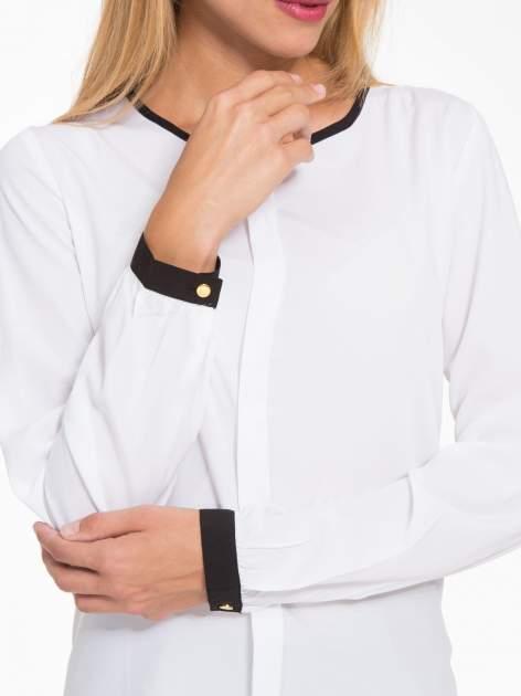Biała koszula z kontrastową lamówką przy dekolcie i mankietami                                  zdj.                                  8