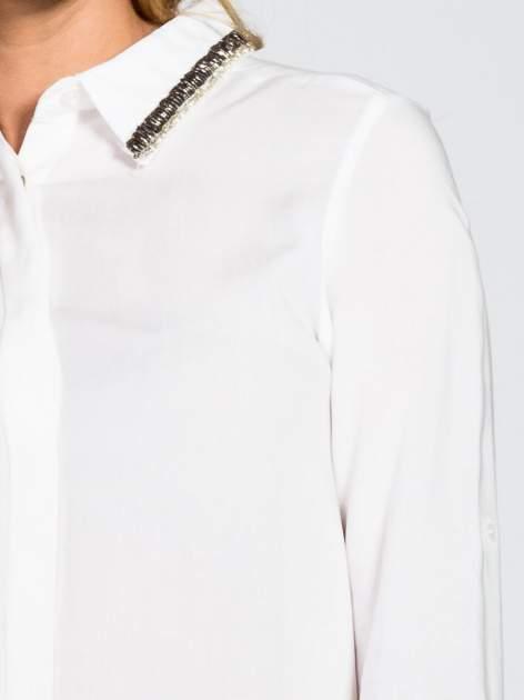 Biała koszula z koralikami na kołnierzyku                                  zdj.                                  6