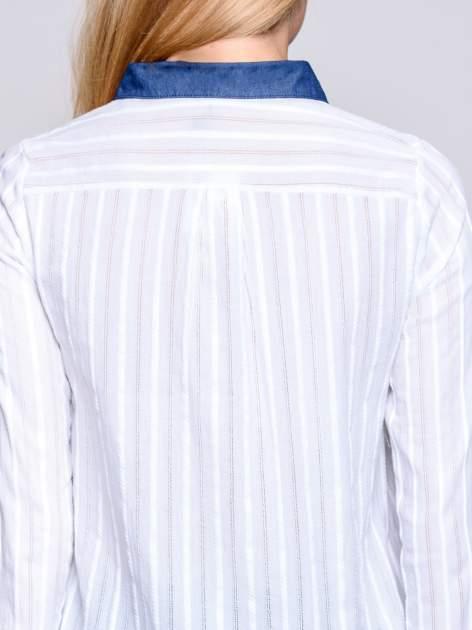 Biała koszula z mankietami i biżuteryjnym kołnierzykiem z denimu                                  zdj.                                  7