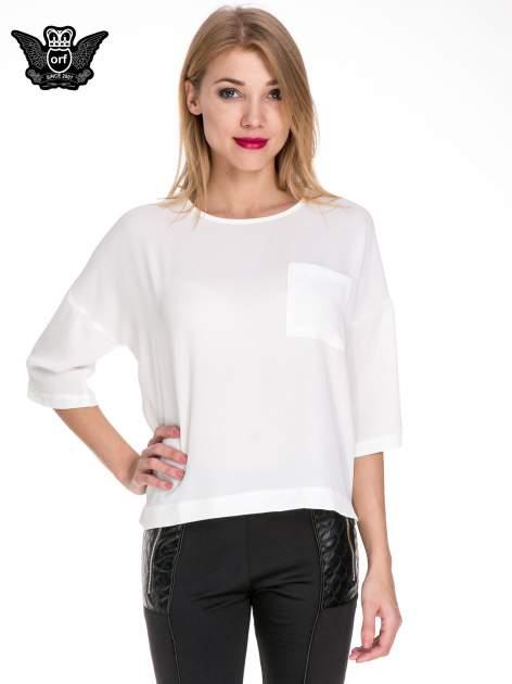Biała koszula z obniżoną linią ramion i kieszonką                              zdj.                              1