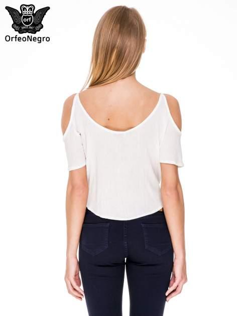 Biała koszula z odkrytymi ramionami i haftem                                  zdj.                                  4