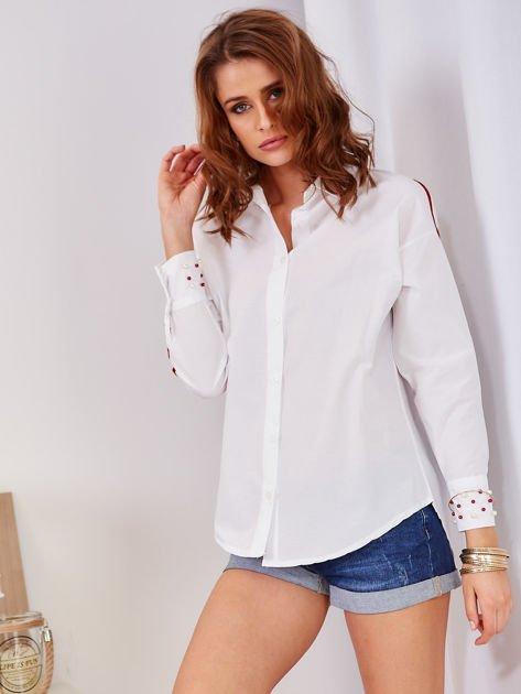 Biała koszula z perełkami na mankietach                              zdj.                              7