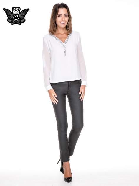 Biała koszula z transparentnymi rękawami i dżetami przy dekolcie                                  zdj.                                  2