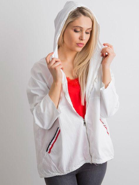 Biała luźna kurtka z kapturem                              zdj.                              1