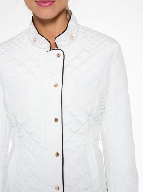 Biała pikowana kurtka ze skórzaną lamówką                                  zdj.                                  7