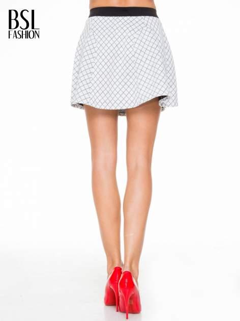 Biała rozkloszowana mini spódniczka w kratkę                                  zdj.                                  4