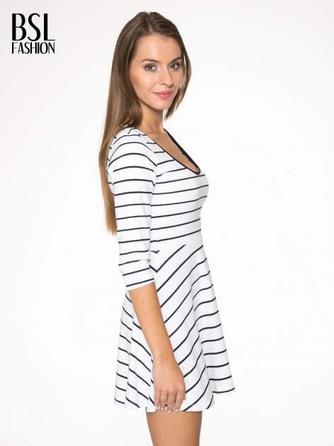 Biała rozkloszowana sukienka w paski                                  zdj.                                  3