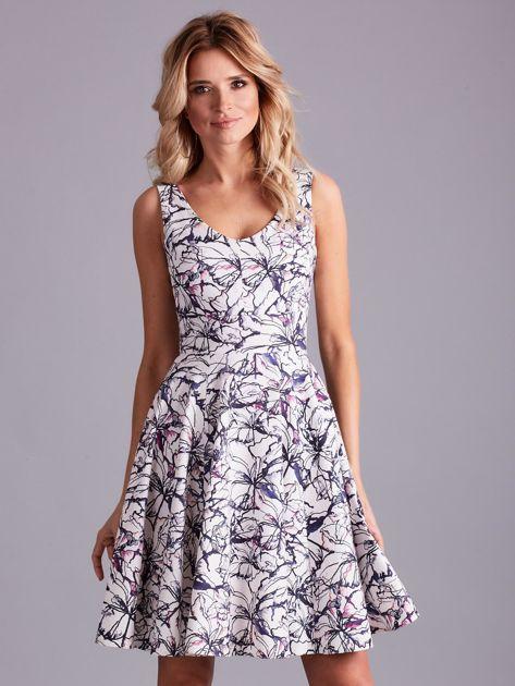 Biała rozkloszowana sukienka we wzory                              zdj.                              1
