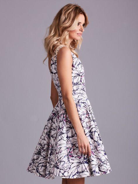 Biała rozkloszowana sukienka we wzory                              zdj.                              3