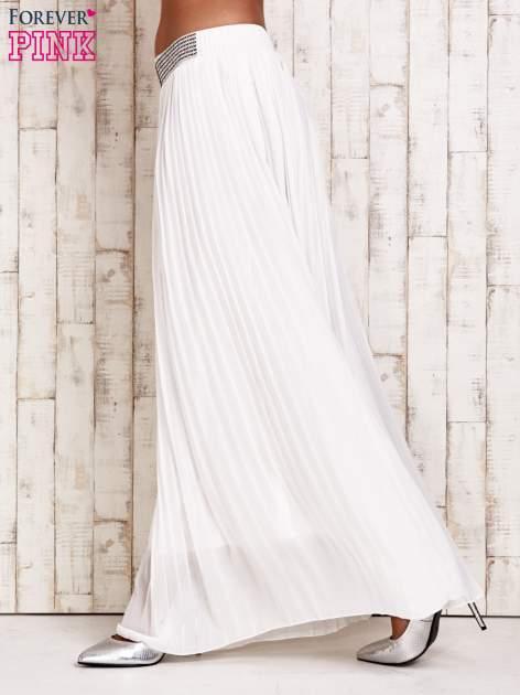 Biała spódnica maxi plisowana z dżetami w pasie                                   zdj.                                  2