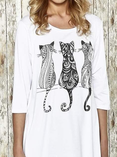 Biała sukienka damska z nadrukiem kotów                                  zdj.                                  4