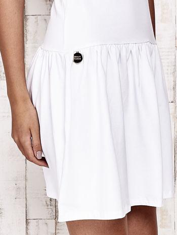 Biała sukienka dresowa z kokardą z tiulu                                  zdj.                                  6