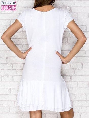 Biała sukienka dresowa z ozdobną falbaną                                  zdj.                                  2