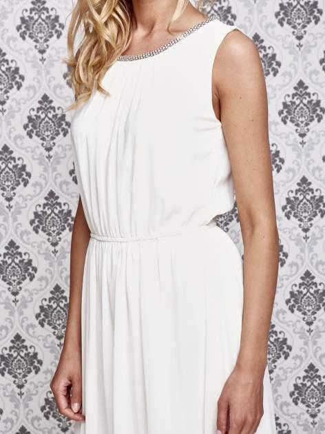 Biała sukienka maxi z biżuteryjnym dekoltem                                  zdj.                                  5