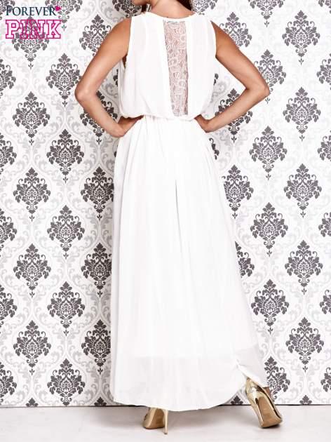 Biała sukienka maxi z łańcuchem przy dekolcie                                  zdj.                                  4