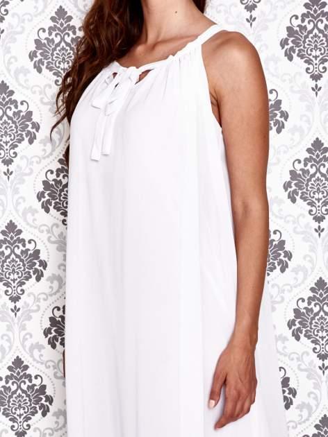 Biała sukienka maxi z wiązaniem przy dekolcie                                  zdj.                                  6