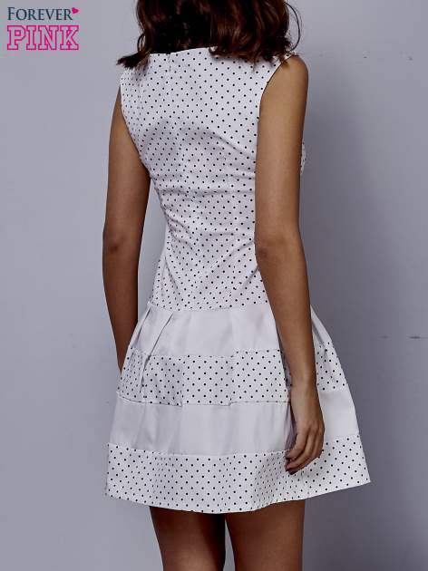 Biała sukienka w groszki z kontrafałdami                                  zdj.                                  4