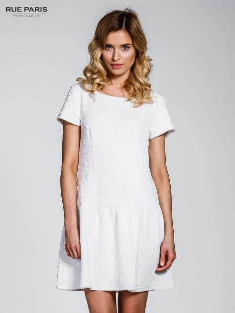 Biała sukienka z falbaną wytłaczana w geometryczny wzór                                  zdj.                                  1