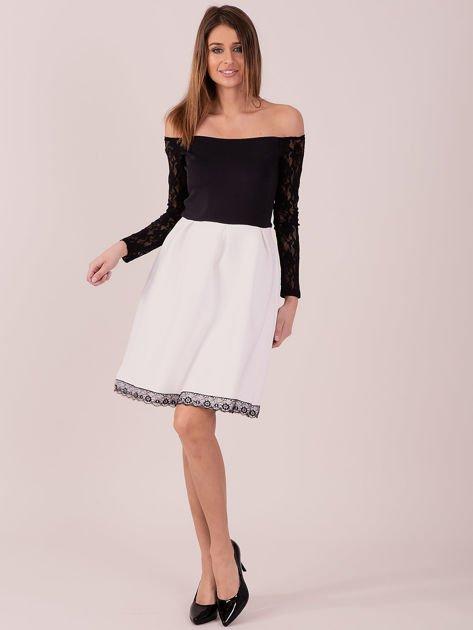 Biała sukienka z koronkowymi rękawami                              zdj.                              4