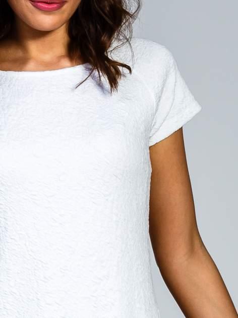 Biała sukienka z obniżoną talią i falbaną na dole                                  zdj.                                  8