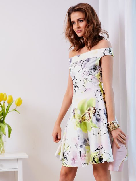 Biała sukienka z odkrytymi ramionami w kwiaty                                  zdj.                                  4