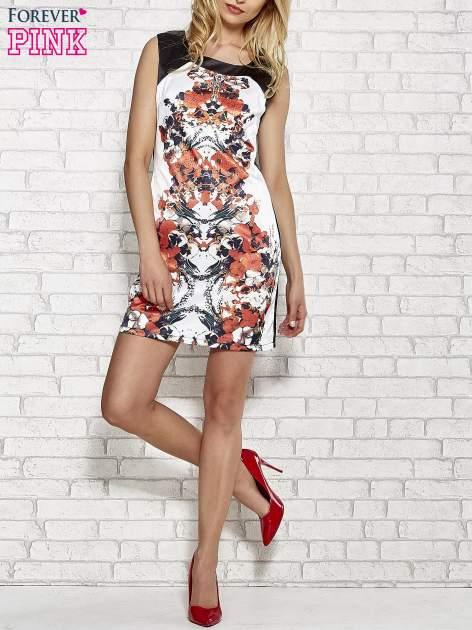 Biała sukienka z pomarańczowym nadrukiem kwiatowym z dżetami                                  zdj.                                  2