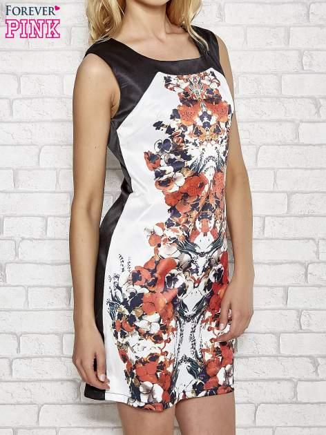 Biała sukienka z pomarańczowym nadrukiem kwiatowym z dżetami                                  zdj.                                  3