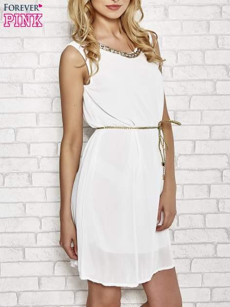 Biała sukienka ze złotym łańcuszkiem przy dekolcie                                  zdj.                                  3