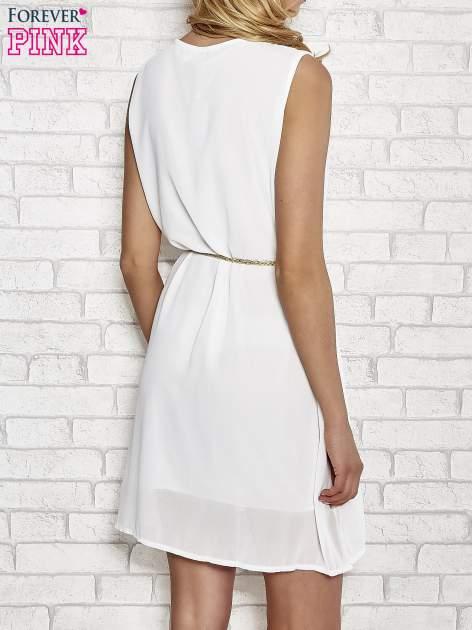 Biała sukienka ze złotym łańcuszkiem przy dekolcie                                  zdj.                                  4