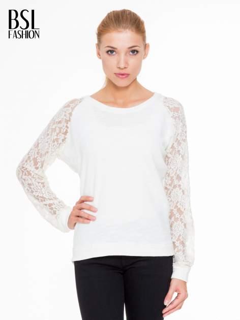Biała swetrowa bluza z koronkowymi rękawami i rozcięciem na plecach                                  zdj.                                  1
