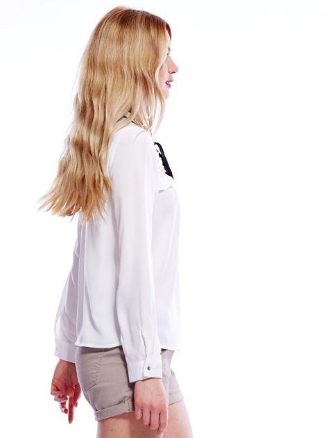 Biała szyfonowa bluzka z wiązaniem i perełkami                              zdj.                              3