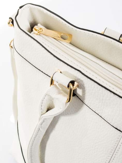 Biała torba na ramię ze złotymi okuciami                                  zdj.                                  10