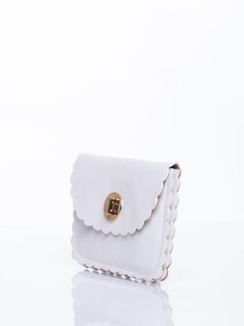 Biała torebka listonoszka z falowanym wykończeniem                                  zdj.                                  3