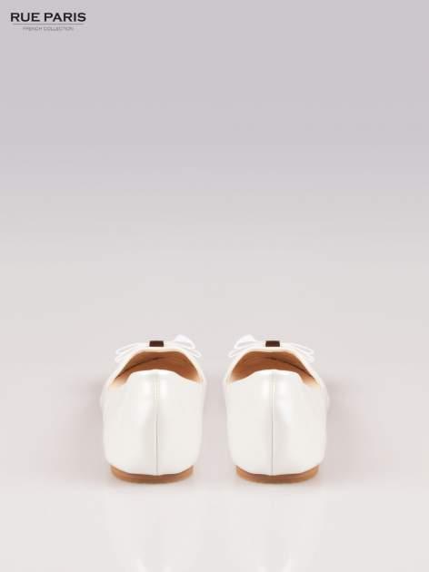 Białe błyszczące balerinki faux leather Melanie z kokardką                                  zdj.                                  3