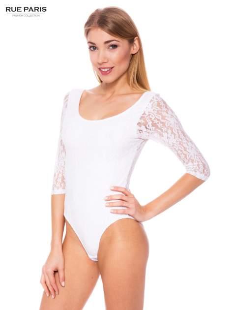 Białe body damskie z koronkowym tyłem i rękawami