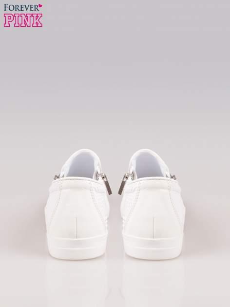 Białe buty slip on Mia z efektem skóry krokodyla i srebrnym czubkiem                                  zdj.                                  3