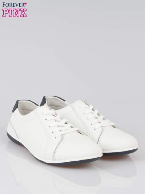 Białe buty sportowe faux leather Lucky na granatowej podeszwie                                  zdj.                                  2