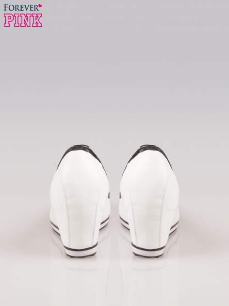 Białe casualowe koturny faux leather Whimsy z czarną lamówką                                  zdj.                                  3